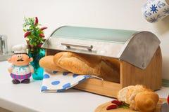 Baguette, trovantesi in un breadbox immagini stock