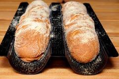 Baguette in un vassoio delle baguette. fotografia stock