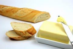 Baguette y mantequilla frescos rebanados Fotos de archivo