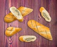 Baguette z czosnku masłem i aromatycznymi ziele na drewnie zdjęcia stock