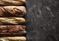 Baguettemengeling op een zwarte achtergrond Franse eigengemaakte gebakjes, stock afbeeldingen