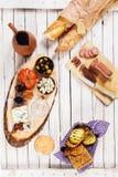 Baguettes avec la saucisse, le fromage, et les olives épicés Photos stock