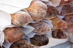 Baguettes bij de markt stock fotografie