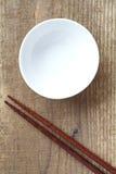 Baguettes blanches de cuvette et en bois Image stock