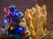 Baguettes com a decoração do Natal na padaria francesa foto de stock