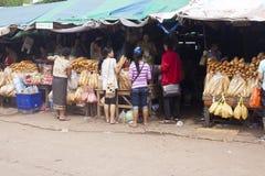 Baguettes da compra dos povos Imagem de Stock