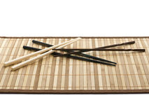 Baguettes de Hashi sur la serviette en bambou Photographie stock