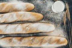 Baguettes e leite imagem de stock