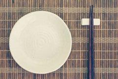 Baguettes en céramique de plat et en bois photographie stock
