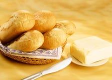 Baguettes en un ladrillo de la cesta y de la mantequilla Imagen de archivo libre de regalías