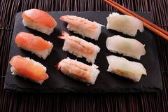 Baguettes japonaises d'ardoise de noir de poisson cru de sushi de nourriture Image libre de droits