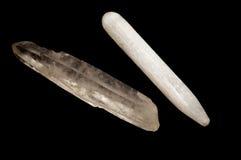 Baguettes magiques de cristal de sélénite et de quartz au-dessus de noir Photographie stock libre de droits