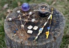 Baguettes magiques magiques, pentagone étoilé en bois, bougie noire et runes image libre de droits