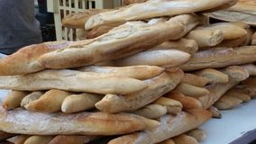 Baguettes no mercado dos fazendeiros fotografia de stock royalty free