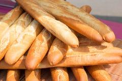 Baguettes, o pão francês longo e fino famoso imagem de stock royalty free