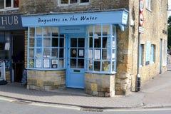 Baguettes sur la boutique de l'eau image libre de droits
