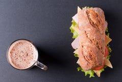 Baguettesandwich met een cappuccino royalty-vrije stock foto's