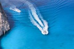 Bahía azul con los barcos en el mar griego Fotografía de archivo