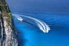 Bahía azul con los barcos en el mar griego Imagenes de archivo