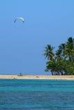 Bahía azul hermosa, persona que practica surf de la cometa de la lona en el cielo Fotografía de archivo libre de regalías