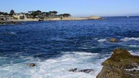 Bahía California de Monterey con estrellarse de las ondas almacen de video