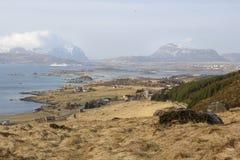 Bahía con el barco de cruceros en las islas de Lofoten imagen de archivo libre de regalías