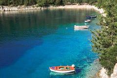 Bahía con el bosque cristalino del agua y del pino imagen de archivo libre de regalías