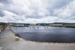 Bahía con el embarcadero en rebuzno, Irlanda foto de archivo libre de regalías