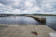 Bahía con el embarcadero en rebuzno, Irlanda imágenes de archivo libres de regalías