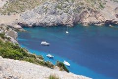 Bahía con los yates, Mallorca del mar de la turquesa foto de archivo