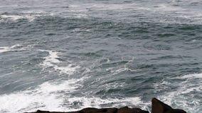 Bahía cubierta Oregon de Depoe del día de las olas oceánicas almacen de metraje de vídeo