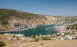 Bahía de Balaklava con los yates y las pequeñas naves Foto de archivo libre de regalías