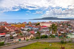 Bahía de Baracoa en horizonte urbano atlántico cubano de la costa y de la ciudad fotografía de archivo libre de regalías