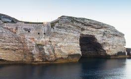 Bahía de Bonifacio, rocas con la gruta córcega fotografía de archivo libre de regalías