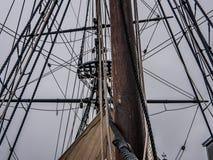 Bahía de Boston a la pieza de la nave con las cuerdas y el palo Imagenes de archivo