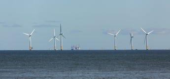 BAHÍA DE COLWYN, WALES/UK - 7 DE OCTUBRE: Turbinas de viento de la orilla en el Co imagenes de archivo
