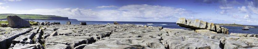 Bahía de Doolin, el Burren. Panorama Fotografía de archivo