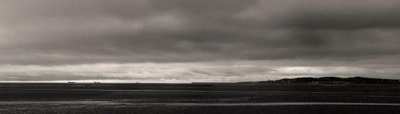 Bahía de Dublín de la opinión del mar blanco y negro Fotos de archivo libres de regalías