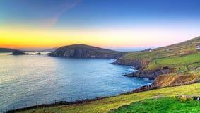 Bahía de Dunquin en Co. Kerry en la puesta del sol Fotos de archivo