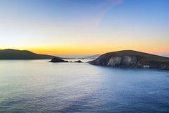 Bahía de Dunquin en Co. Kerry en la puesta del sol Foto de archivo