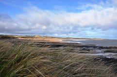Bahía de Embleton en Northumberland a través de las dunas imagenes de archivo