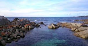 Bahía de fuegos en la bahía de Binalong, Tasmania metrajes