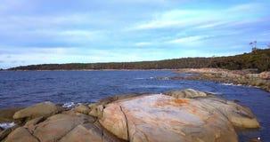 Bahía de fuegos en la bahía de Binalong, Tasmania almacen de video