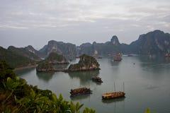 Bahía de Hallong con el barco Imagen de archivo