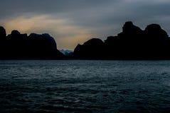 Bahía de Halong en el crepúsculo Imágenes de archivo libres de regalías
