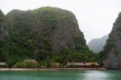 Bahía de Halong en nubes místicas Atmoshpere místico en la bahía famosa del halong fotos de archivo