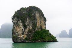 Bahía de Halong en nubes místicas Atmoshpere místico en la bahía famosa del halong imagenes de archivo