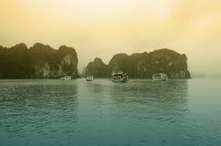 Bahía de Halong en puesta del sol Imagen de archivo libre de regalías