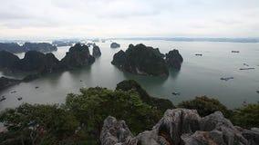 Bahía de Halong en Vietnam La belleza asombrosa del archipiélago de las islas y de la herencia de la UNESCO metrajes