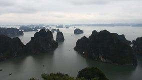 Bahía de Halong en Vietnam La belleza asombrosa del archipiélago de las islas y de la herencia de la UNESCO almacen de metraje de vídeo